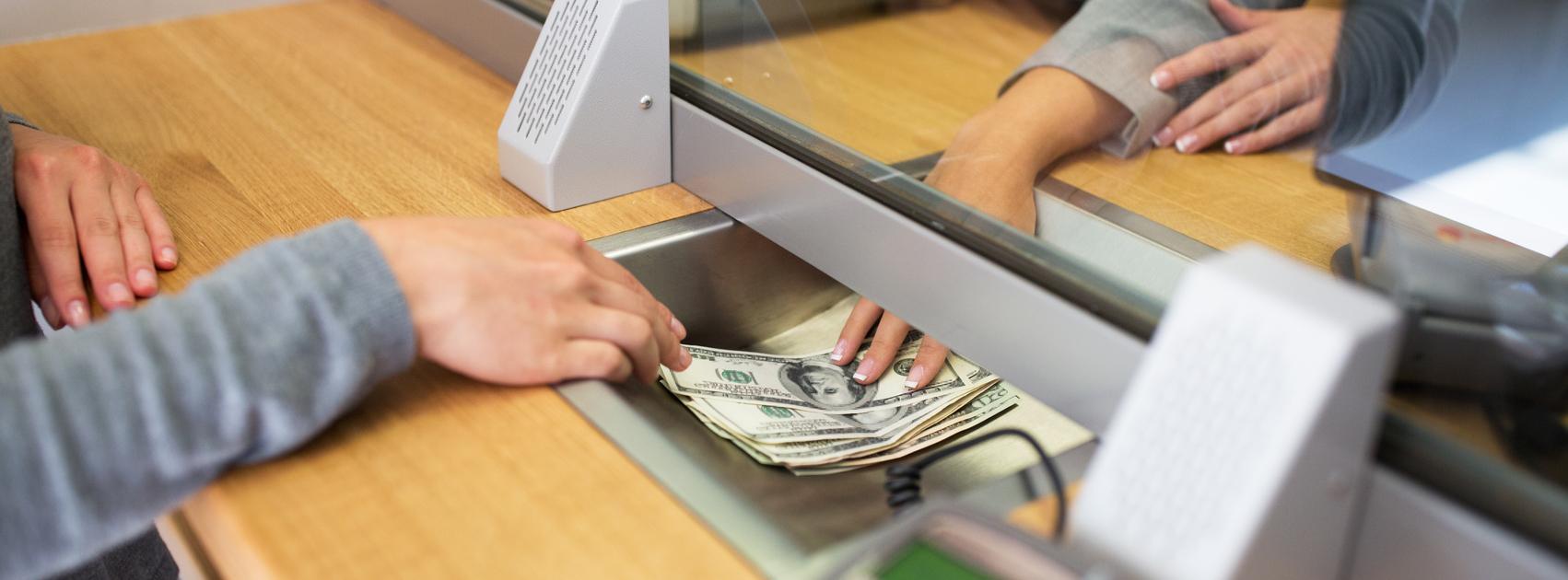 tener dinero en su banco
