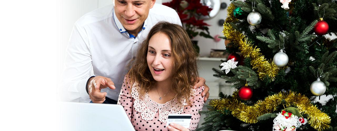 Hombre y mujer haciendo una compra online con tarjeta de crédito