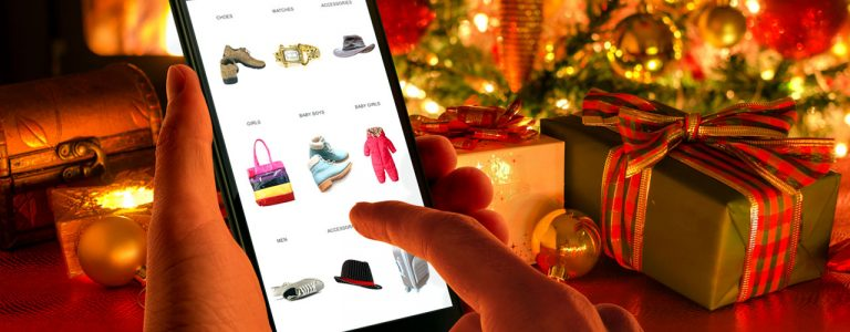 Persona realizando compras de Navidad en su celular