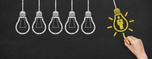 Dibujos en tablero de tiza de bombillas eléctricas