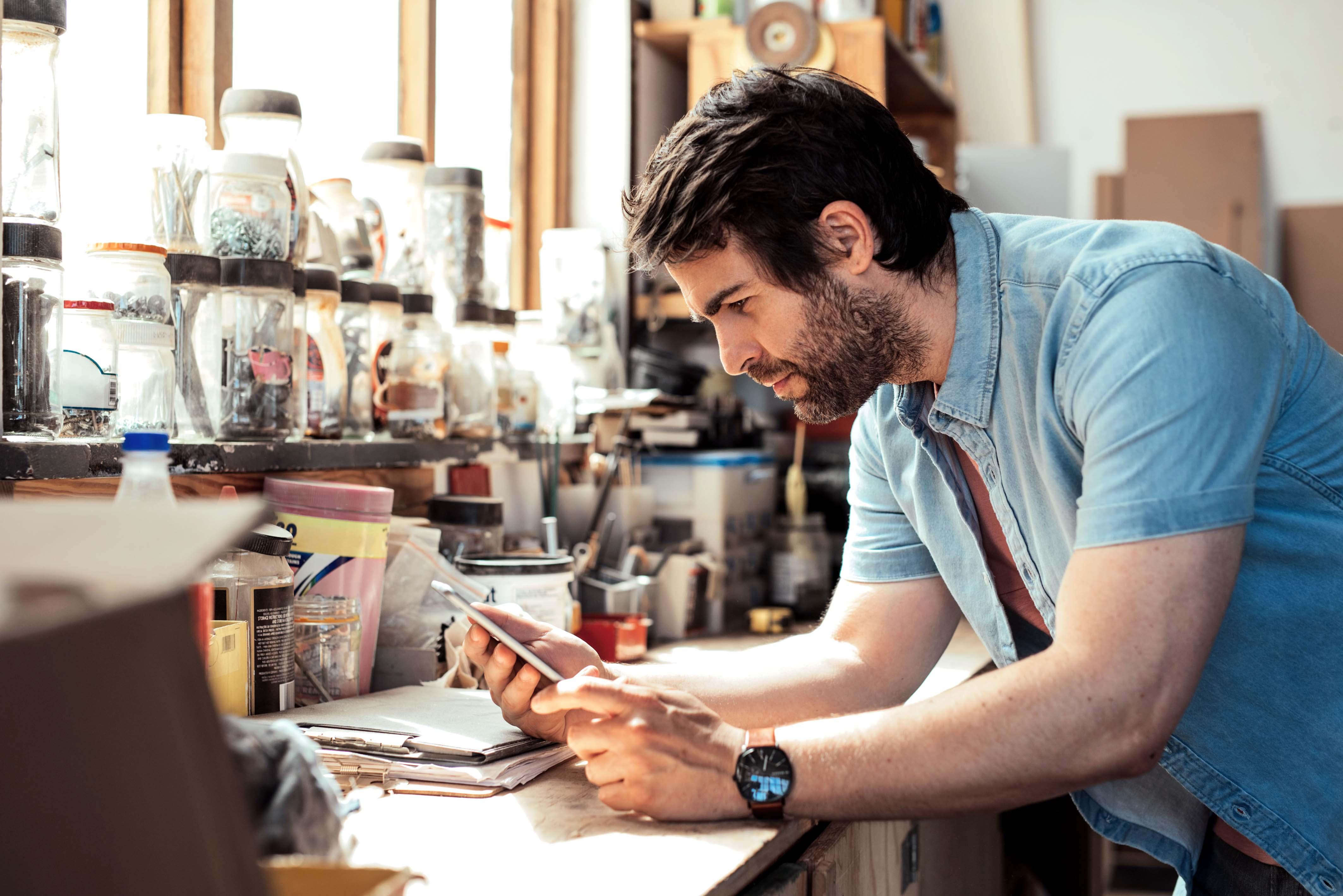 Hombre joven trabajando con sus manos en un taller