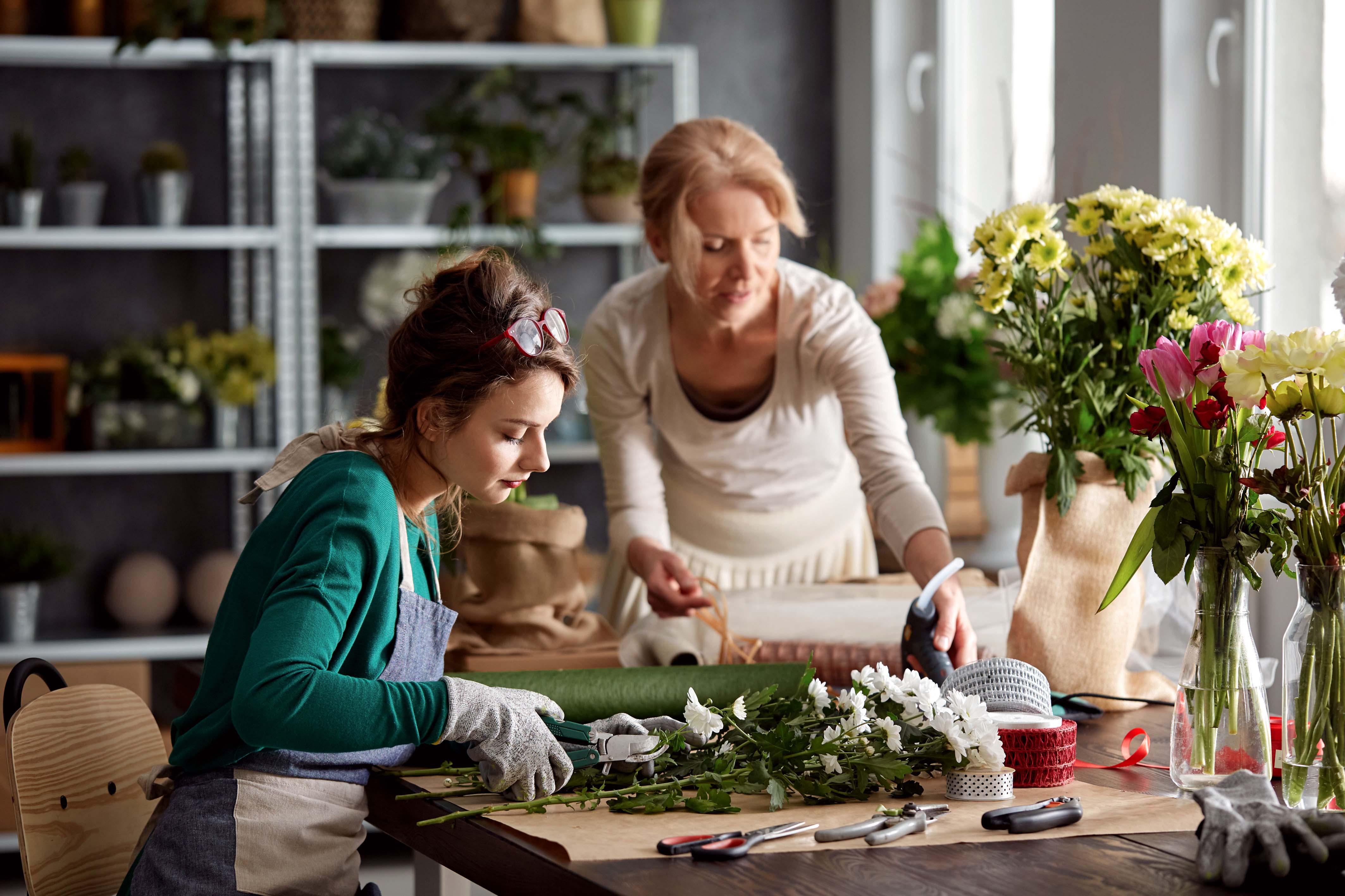 Mujeres arreglando ramo de flores